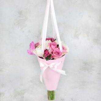 Пионы и розы в конусе «Невада»